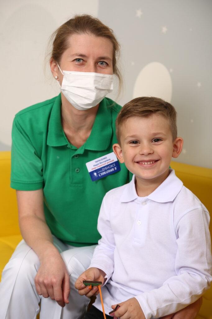 kids stomatolog 1 682x1024 - Лечение молочных зубов