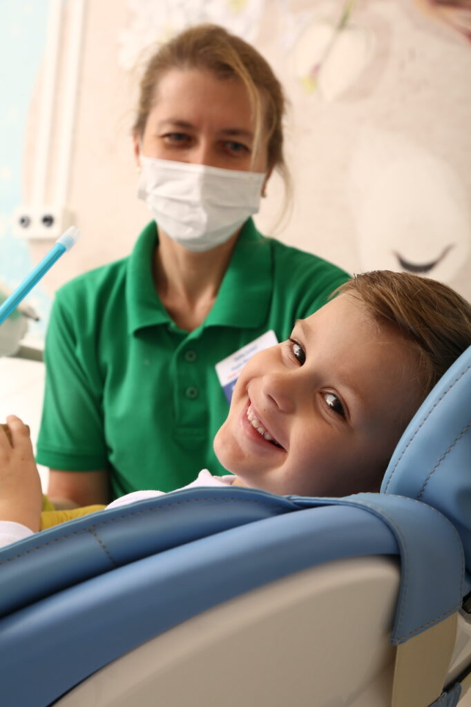 kids stomatolog 9 682x1024 - Лечение молочных зубов